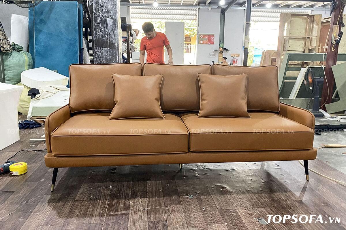Thiết kế đơn giản nhưng sofa da văng TS305 không kém phần tinh tế với màu nâu bò sang trọng