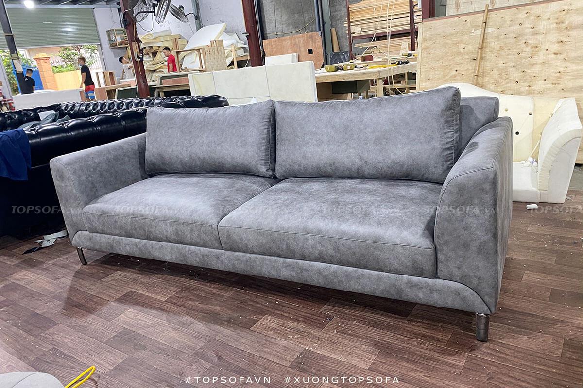 Mẫu sofa với kiểu dáng đơn giản nhưng sự kết hợp màu sắc ghi xám lại đem đến cảm giác hiện đại, thanh lịch cho không gian.