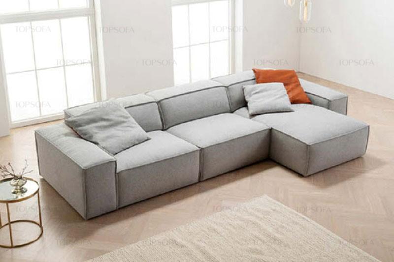Sofa góc phải màu xám nhạt thiết kế sát sàn, đệm dày êm ái, đệm lưng hơi ngả ra sau tạo cảm giác vững chãi, êm ái và thoải mái cho người ngồi