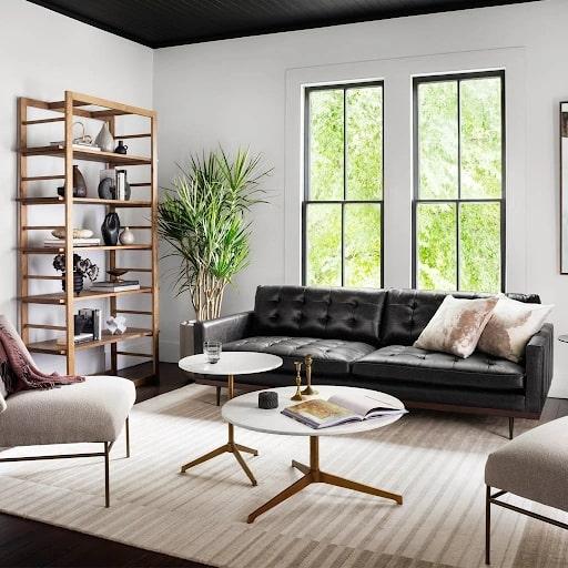 Mẫu sofa da văng màu đen có thiết kế sang trọng hiện đại với đệm ngồi 2 lớp mang lại cảm giác êm ái. Phần chân được làm từ gỗ, mài dũa tỉ mỉ mang lại vẻ đẹp thanh thoát đồng thời vẫn đảm bảo khả năng chống đỡ tốt.