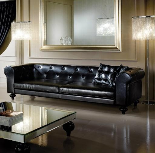 Sofa da màu đen 2 chỗ kiểu dáng tân cổ điển gây ấn tượng nhờ những hạt ngọc được đính kèm theo đường viền may của ghế. Sản phẩm mang đến vẻ đẹp sang trọng, đẳng cấp cho ngôi nhà của bạn.