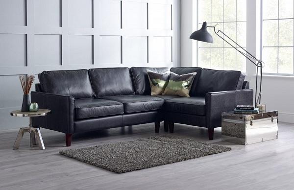 Ghế sofa da màu đen kiểu dáng chữ L thiết kế tinh tế giúp tiết kiệm tối đa diện tích căn phòng