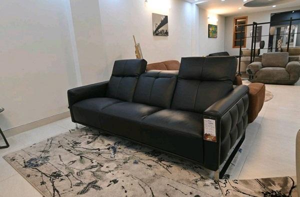 Sofa da màu đen có thiết kế đơn giản, nhỏ gọn hiện đại