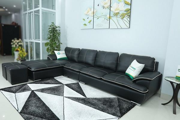 Sofa da kiểu chữ L màu đen sở hữu thiết kế hiện đại với phân ghế bằng inox không gỉ sáng bóng, cùng phần tựa lưng êm ái khiến đây là một trong những mẫu sofa góc da màu đen bán chạy nhất.