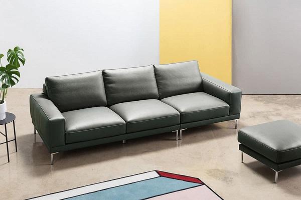 Mẫu ghế sofa da màu đen được thiết kế đơn giản với lưng tựa hơi ngả nhẹ ra phía sau giúp người ngồi được thư giãn thoải mái. Chân ghế được làm từ inox không han gỉ bền chắc theo năm tháng.