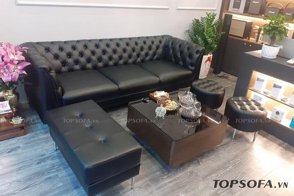 Thiết kế đơn giản, không cầu kỳ nhưng sofa da màu đen kiểu dáng tân cổ điển vẫn toát lên sự lộng lẫy thể hiện qua từng chi tiết.