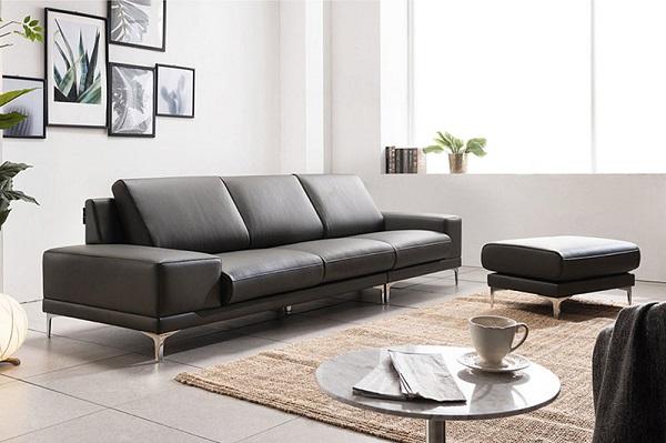 Sofa da văng màu đen có thiết kế thời thượng với 3 đệm ngồi được làm bằng da cao cấp. Phần lưng tựa có độ ngả vừa phải với góc 120 độ mang đến cảm giác êm ái. Chân ghế được làm inox bền chắc, sáng bóng mang đến sự sang trọng, hài hòa của sản phẩm.