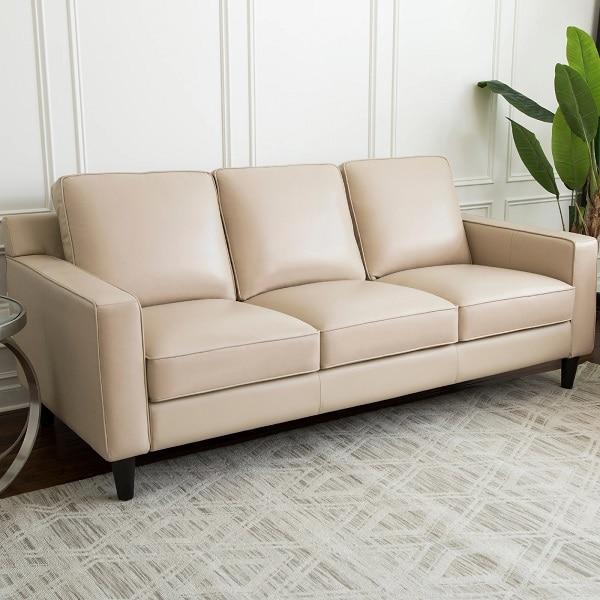 Sofa da màu kem hình chữ I thiết kế kiểu cơ bản, vuông vắn, không sử dụng hoa văn, họa tiết giúp tiết kiệm diện tích và mang tới vẻ đẹp nhẹ nhàng, đơn giản cho căn phòng