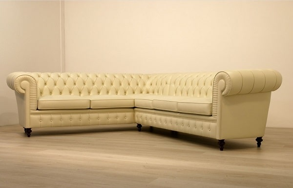 Nếu bạn muốn tăng tính thẩm mỹ và tận dụng không gian góc của căn phòng thì có thể chọn mẫu sofa da góc màu kem vàng như thế này. Thiết kế tay vịn, phần lưng cong tròn, họa tiết quả trám kết với với họa tiết trang trí chấm tròn, chân gỗ tiện nghệ thuật làm cho mẫu sofa càng thêm ấn tượng và thích hợp với những căn phòng phong cách tân cổ điển