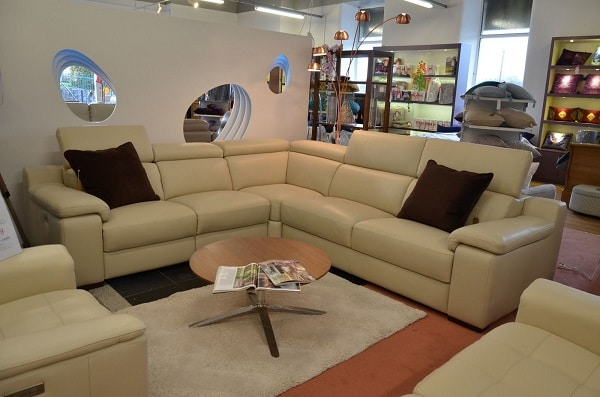 Nét độc đáo của mẫu sofa này nằm ở phần da Ý bọc màu kem vàng mềm mại, thanh lịch. Phần tựa đầu có thể điều chỉnh độ cao giúp người dùng thoải mái hơn. Đặc biệt, phía bên trái có hai ghế ngả điện êm ái điều chỉnh dễ dàng bằng nút tấm mang đến sự tiện nghi
