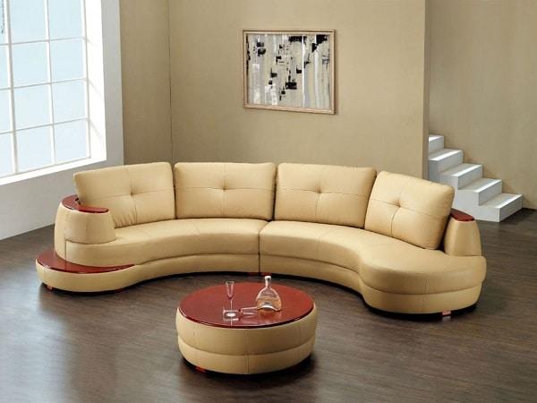 Bộ sofa da màu kem vàng hiện lên như một bức tranh đầy tính nghệ thuật với phần hình khối uốn cong mềm mại, nhấn nhá một vài chi tiết trang trí ở gối tựa và màu đỏ rượu vang đầy mê hoặc. Phần khung được làm từ gỗ sồi bền chắc, có thể tồn tại nhiều năm nếu biết bảo quản đúng cách giúp tăng độ bền sản phẩm