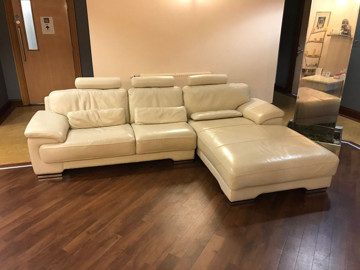 Thêm một lựa chọn nữa cho những ai yêu vẻ đẹp đơn giản và sự tiện dụng với sofa góc màu kem vàng kèm đệm lưng, gối tựa êm ái cùng phần ghế góc phải được thiết kế giống chiếc giường nằm tiện lợi vừa dùng để ngồi vừa dùng để nằm nghỉ thư giãn. Bộ sofa sử dụng chất liệu da bọc sáng bóng không những giúp tăng tính thẩm mỹ mà còn rất dễ lau chùi và làm sạch để bộ sofa luôn trông như mới
