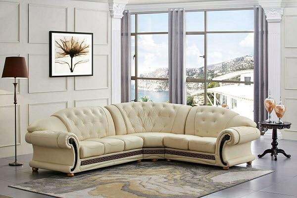 Hút lấy mọi mắt nhìn với mẫu sofa da màu kem vàng phong cách hoàng gia sang trọng, thanh lịch, kiểu cách nghệ thuật, thiết kế nút chần tinh tế. Những chi tiết trang trí màu nâu nơi tay vịn, chân ghế càng làm cho bộ sofa trở nên ấn tượng, giàu sức hút hơn.