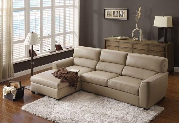 Thiết kế kiểu chữ L, sofa da trắng kem này giúp gia tăng diện tích sử dụng so với sofa da kiểu chữ I. Phần lưng cong ôm trọn lấy lưng người ngồi khi kết hợp với phần ghế góc phải ra có thể tạo ra chỗ ngả lưng tuyệt vời cho người dùng