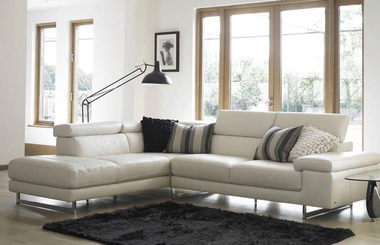 Sofa góc kem trắng được sử dụng như một dụng cụ phân chia không gian hiệu quả mà không tạo cảm giác chật hẹp cho căn phòng. Đặc biệt, phần gối tựa có thể nâng độ cao một cách linh hoạt để đem đến sự thoải mái nhất của người sử dụng