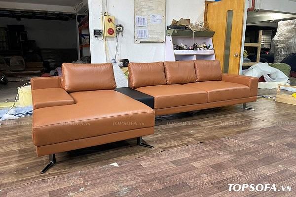 Mẫu sofa góc vuông chữ L TS225 da màu nâu trông như được ghép lại từ hai chiếc sofa, nối kết bằng phần đệm da đen chính giữa. Phần đệm đuôi chữ L thiết kế khuyết góc đầy ấn tượng. Điều này làm nên sự độc đáo và gia tăng diện tích sử dụng cho bộ sofa