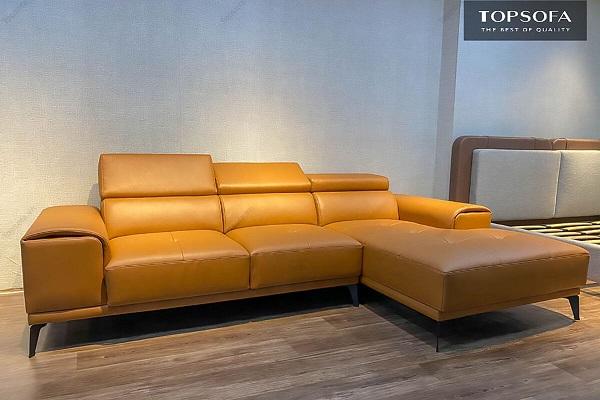 Tươi tắn, sang trọng với sofa góc vuông chữ L bọc da màu vàng bò, trang trí họa tiết cúc bấm trên mặt đệm ngồi. Phần lưng có gắn thêm thiết bị tựa đầu linh hoạt giúp người dùng dễ dàng điều chỉnh tư thế khi cần