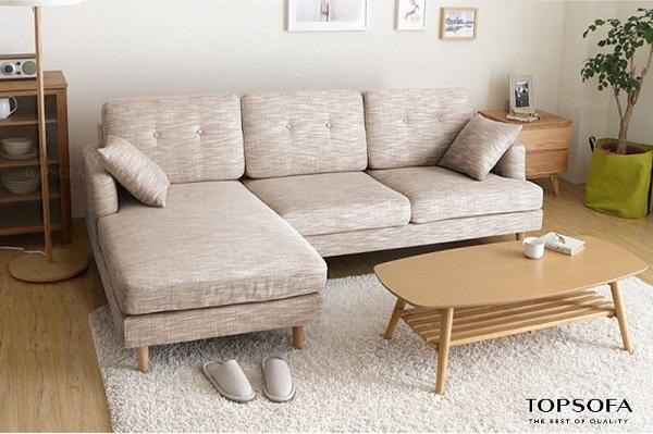 Một chiếc sofa góc vuông chữ L màu xám nhạt in vân sẽ là sự lựa chọn hoàn hảo cho căn phòng màu sáng để tạo ra sự phân chia ranh giới tự nhiên. Hơn nữa, chất liệu vải nỉ còn mang đến sự ấm áp cho người dùng vào mùa đông.