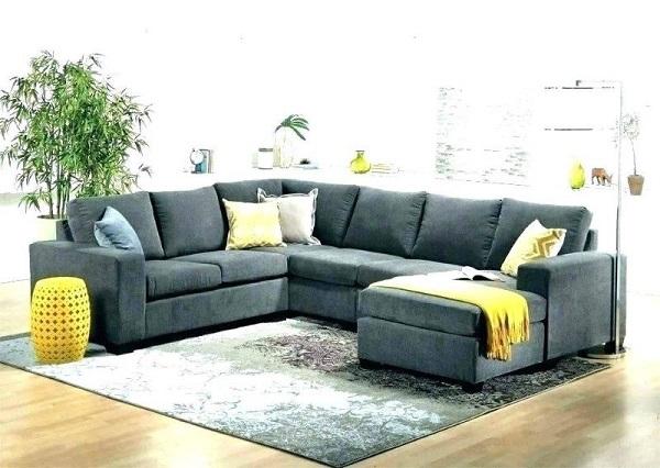 Chất liệu nỉ kết hợp hình dáng chữ U của bộ sofa góc vuông giúp cho buổi trò chuyện trở nên ấm áp, thân mật hơn. Bên cạnh đó, sắc xám của chất liệu vải nỉ cũng tăng vẻ đẹp lịch lãm cho không gian trò chuyện