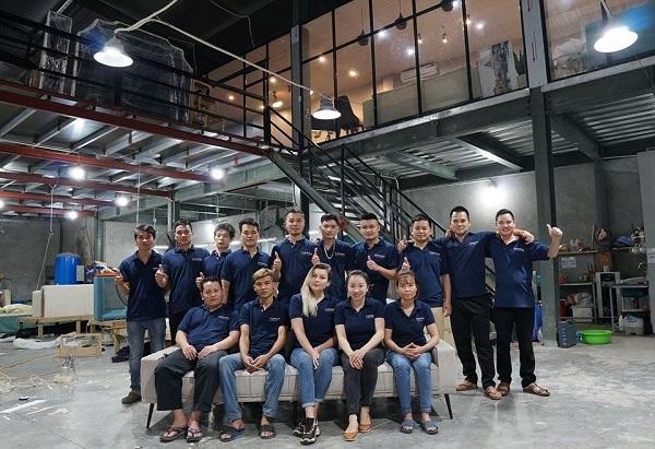 Topsofa có đội ngũ nhân viên chuyên nghiệp, nhà xưởng rộng rãi, có thể đáp ứng mọi nhu cầu thiết kế sofa góc vuông của khách hàng
