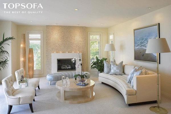Mẫu sofa màu trắng kem sữa này được thiết kế theo phong cách Tây u độc đáo với điểm nhấn là những nét cong mềm mại giúp không gian phòng khách thêm cuốn hút.
