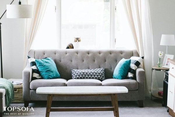 Mẫu sofa nỉ văng màu xám có thiết kế đơn giản với chân gỗ cao cấp có khả năng chịu lực tốt. Phần lưng tựa được thiết kế độc đáo đệm mút mang đến sự êm ái, dễ chịu.
