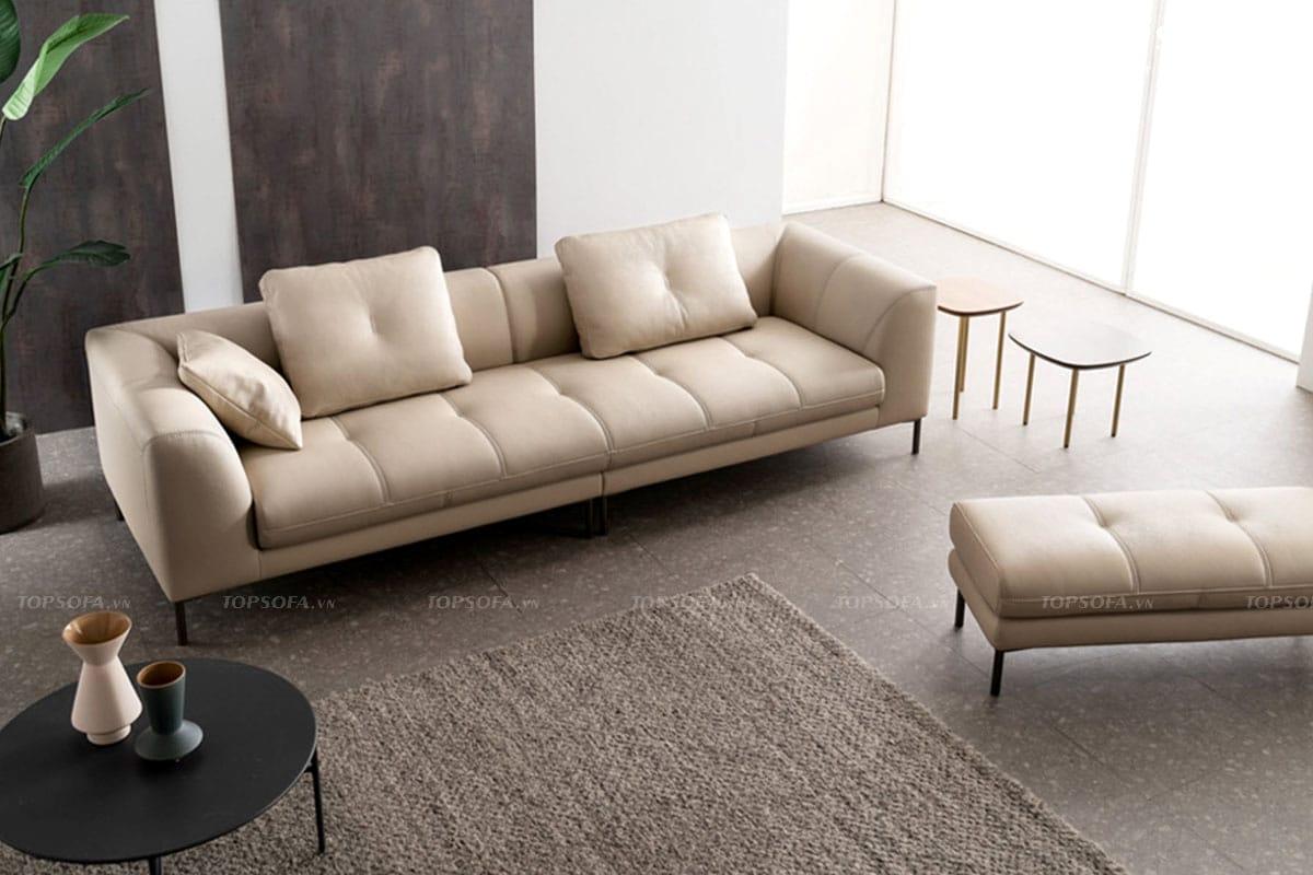 Tuy mang sắc kem dễ lộ vết bẩn nhưng mẫu sofa này lại được thiết kế chân cao, cách hẳn với mặt sàn và làm bằng chất liệu da khó bám bẩn, dễ lau chùi nên gia chủ không mất nhiều thời gian vệ sinh mà sofa vẫn mới, đẹp