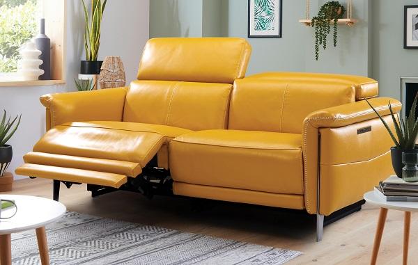 Bất cứ ai khi tìm hiểu cũng phải trầm trồ sự kết hợp đầy độc đáo giữa ghế sofa và ghế tựa điện bằng da màu vàng mù tạt nổi bật này. Bởi phần khung được thiết kế lò xo, có thể điều chỉnh hết sức linh hoạt với phần tựa đầu và phần đệm dưới chỉnh điện dễ dàng biến sofa thành chiếc ghế ngả lưng, nghỉ dưỡng tuyệt vời