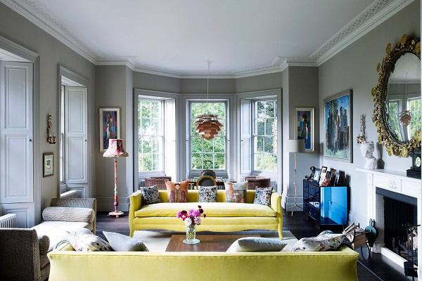 Sofa văng da màu vàng cốm tươi tắn, trẻ trung, bắt mắt, có phần đệm băng dài. Nhờ bố trí mẫu sofa này song song theo chiều rộng không gian mà phòng khách trông nổi bật, thu hút và rộng rãi hơn
