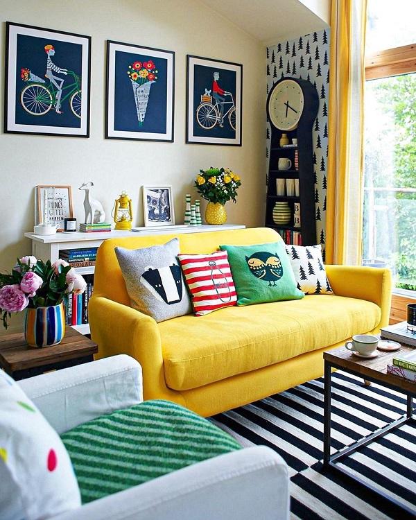 Sử dụng một vài chiếc gối màu sắc, hình thù độc đáo để trang trí sẽ giúp sofa vải màu vàng tươi ấn tượng, thu hút hơn.
