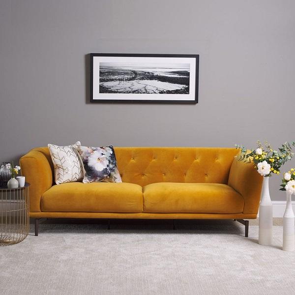 Lấy cảm hứng từ vẻ đẹp hoài cổ, mẫu sofa văng được thiết kế với phần tay vịn góc cạnh và phần lưng trang trí nút cúc làm điểm nhấn. Phần vỏ bọc bên ngoài làm bằng vải nhung màu vàng mù tạt êm ái, mượt mà mang đến cảm giác thoải mái, hạnh phúc cho người dùng