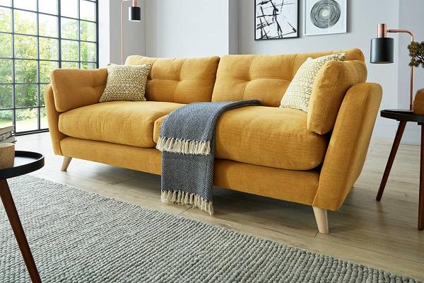 Một chiếc ghế sofa văng màu vàng nghệ sẽ giúp căn phòng của bạn trông ấm cúng và nổi bật hơn. Chân gỗ, chất liệu vải tổng hợp vừa ấm áp vừa thân thiện với môi trường.