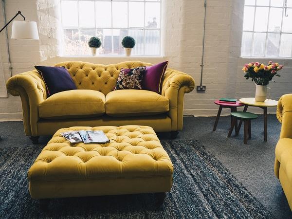 Với phần tay vịn và thành ghế uốn cong kiểu cách cùng nút nhấn sâu, họa tiết quả trám đầy tinh tế trên lưng ghế, sắc vàng cỏ úa gợi sự trôi chảy của thời gian, bộ sofa này giúp mang đến vẻ đẹp tân cổ điển, giàu tính nghệ thuật cho căn phòng