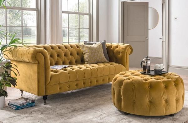 Những họa tiết nút bấm trang trí khắp lưng ghế, đệm ngồi, khung dưới khi kết hợp với thành ghế uốn cong và sắc vàng cỏ úa làm cho bộ sofa văng mang đậm hơi thở của thiên nhiên giao mùa, thêm cuốn hút, mê say mọi ánh nhìn