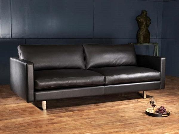 Thiết kế đơn giản, mộc mạc theo dáng sofa văng 2 chỗ ngồi nhỏ gọn cùng gam màu đen huyền bí, sang trọng. Phần chân ghế được làm từ inox, có độ cao vừa phải giúp bạn dễ dàng vệ sinh khi sử dụng