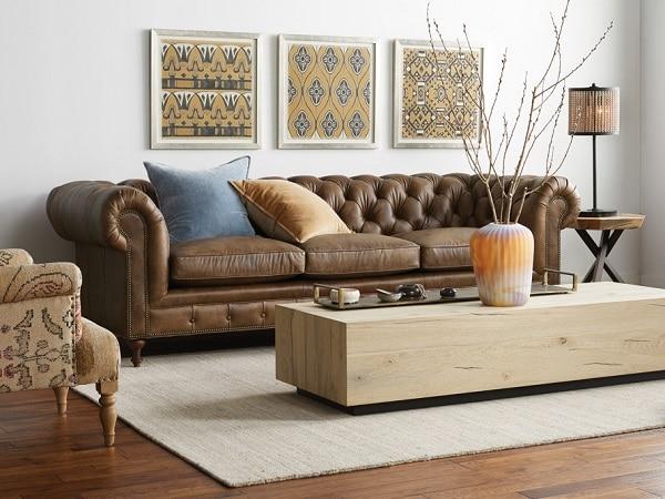 Bộ sofa da công nghiệp Nhật Bản có thiết kế tân cổ điển đẳng cấp. Phần lưng tựa được gia công tỉ mỉ. Phần chân ghế được làm từ gỗ và điêu khắc công phu mang đến vẻ đẹp thời thượng cho bộ sản phẩm.