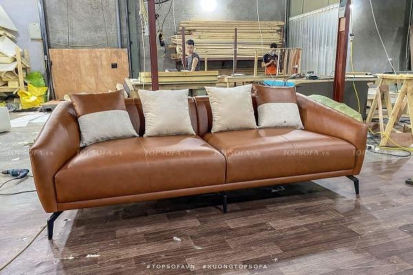 Được làm từ chất liệu da công nghiệp Hàn Quốc cao cấp, mẫu sofa văng da TS332 được thiết kế 2 chỗ ngồi với kiểu dáng trơn đơn giản và màu nâu bò sang trọng.