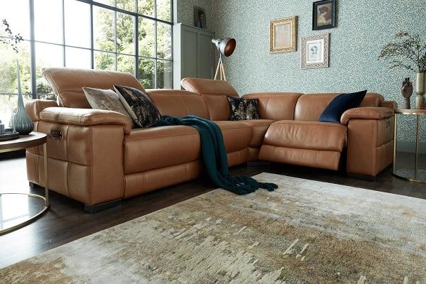 Sofa da màu nâu sở hữu thiết kế đường khâu in hằn trên phần thân độc đáo. Phần tựa lưng êm ái có thể điều chỉnh góc độ ngả lưng, chưa hết người dùng có thể duỗi chân để đạt tư thế ngả lưng thỏa mái nhất. Đây quả thực là mẫu sofa góc đa năng bạn nên cân nhắc chọn lựa cho không gian của mình.
