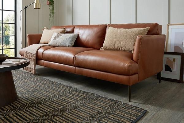Sofa da nâu văng 2 chỗ sở hữu phần thiết kế chân ghế nhỏ cao để vừa giúp ghế thanh thoát vừa giúp công việc vệ sinh gầm ghế trở nên dễ dàng.