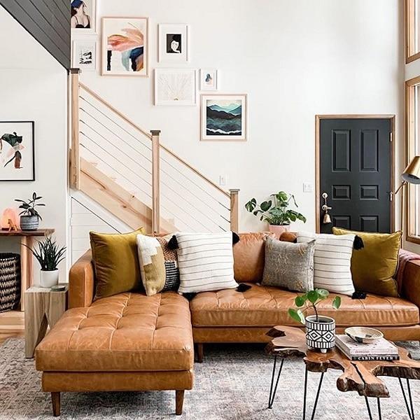 Mẫu sofa này nổi bật bởi thiết kế nhám cùng họa tiết rút cúc ở phần đệm ghế đem đến sự hài hòa, nổi bật cho căn phòng. Bên cạnh đó thì thiết kế chân ghế gỗ cao sẽ giúp cho việc vệ sinh ghế được dễ dàng hơn