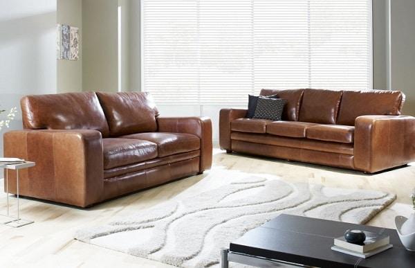 Mẫu sofa này sở hữu thiết kế đơn giản nhưng không kém phần tinh tế. Chất liệu da thật màu nâu sáng bóng, lớp đệm ngồi có cấu tạo 3 lớp cao cấp. Tất cả tạo nên tổng thể bộ sofa da màu nâu cao cấp cho phòng khách sang trọng.