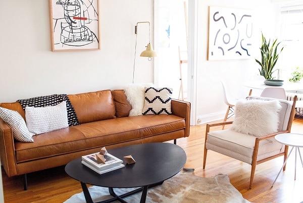 Mẫu sofa da nâu văng 3 chỗ phù phong cách hiện đại được nhiều gia chủ lựa chọn cho phòng khách căn hộ, chung cư, nhà phố diện tích vừa và nhỏ