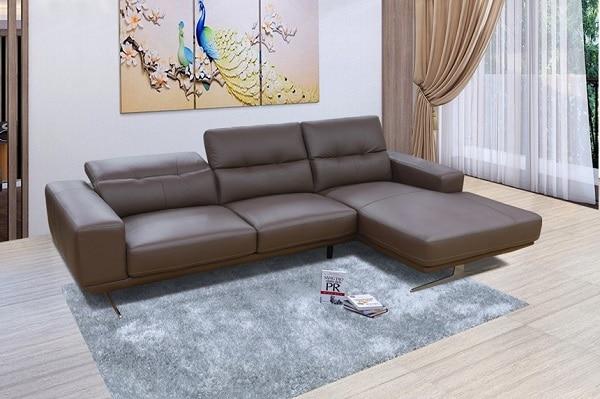 Sofa da màu nâu với thiết kế hình chữ L rộng rãi cùng kiểu dáng sang trọng, tinh tế, đây là mẫu sofa phù hợp với không gian phòng khách. Chất liệu da thật đem đến cho người sử dụng trải nghiệm vô cùng cao cấp.