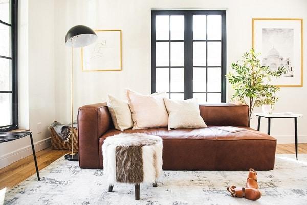 Mẫu sofa da màu nâu này sở hữu thiết kế độc đáo với 1 bên tay vịn, chất liệu da nâu sáng bóng, đệm ngồi êm ái, cùng thiết kế không chân vững chãi… tất cả tạo nên điểm nhấn độc đáo cho mẫu sofa da này và là một sự lựa chọn đáng cân nhắc cho mọi không gian phòng khách, phòng ngủ.