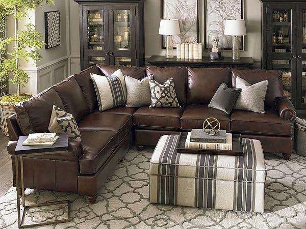 Sofa da màu nâu da cao cấp có đệm mút dày 3 lớp có độ cứng mềm khác nhau mang đến cảm nhận thoải mái nhất đến người sử dụng. Đặc biệt, tông màu nâu đất thanh lịch của sofa sẽ rất hợp để trang trí trong phòng khách có gam màu sáng.