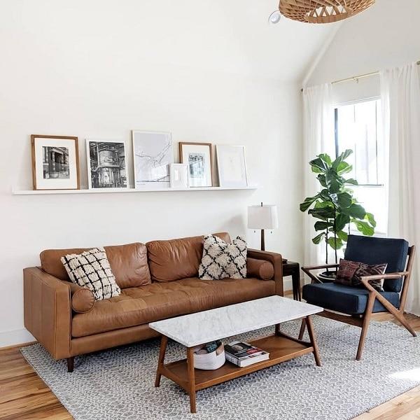 Sofa da màu nâu da nhỏ gọn có thiết kế nhỏ gọn, kiểu dáng đơn giản. Chất liệu da cao cấp nhập khẩu từ Malaysia đảm bảo độ bền của ghế. Đây là mẫu thiết kế được nhiều gia đình trẻ ưa chuộng lựa chọn cho phòng khách căn hộ của mình