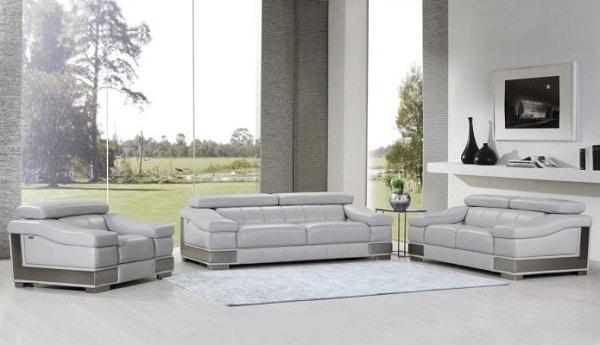 Bộ sofa da ghi sáng bao gồm 2 ghế sofa băng 2 chỗ và 1 sofa đơn phù hợp với không gian rộng rãi