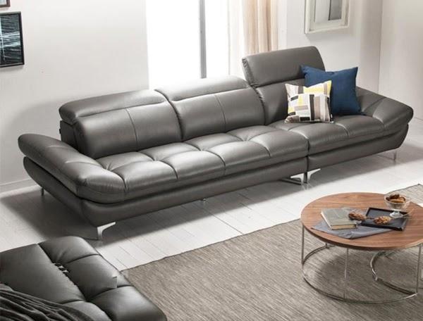 Mẫu sofa da màu xám tro nổi bật với phần đệm phồng êm ái cho cả chỗ ngồi, phần tựa lưng và tựa đầu. Trong khi đó phần chân ghế bằng kim loại sáng bóng có thiết kế thanh thoát. Tất cả tạo nên tổng thể mẫu thiết kế sofa văng xám tro hiện đại vừa để ngồi vừa để nằm nghỉ thư giãn thỏa mái.
