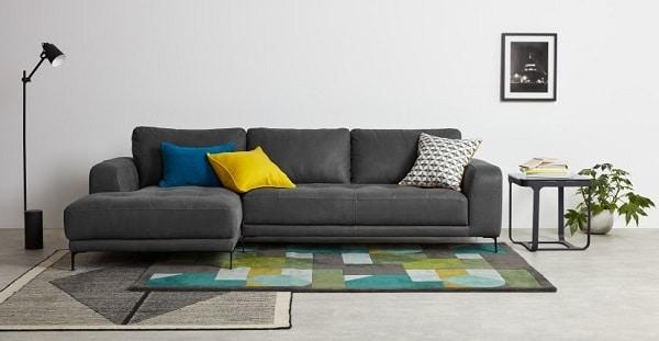Sofa da màu xám góc chữ L được thiết kế để có thể có nhiều người ngồi và vì vậy thiết kế của những mẫu sofa này phù hợp không gian phòng có diện tích lớn