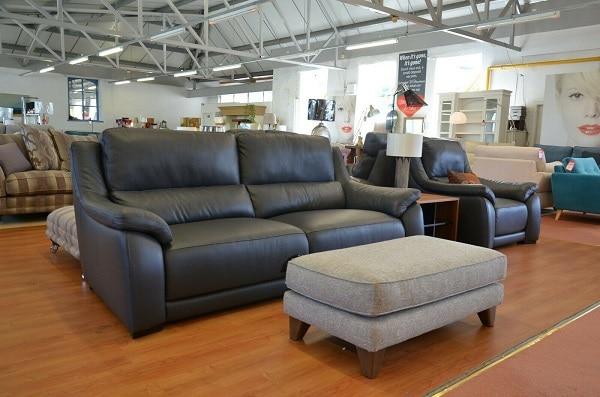 Các mẫu sofa da màu xám là da công nghiệp sẽ có giá thành rẻ hơn và phù hợp với hầu hết người sử dụng